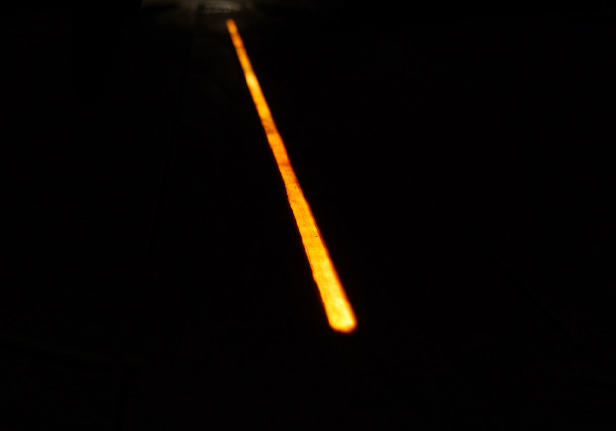 linea luminosa su fondo nero