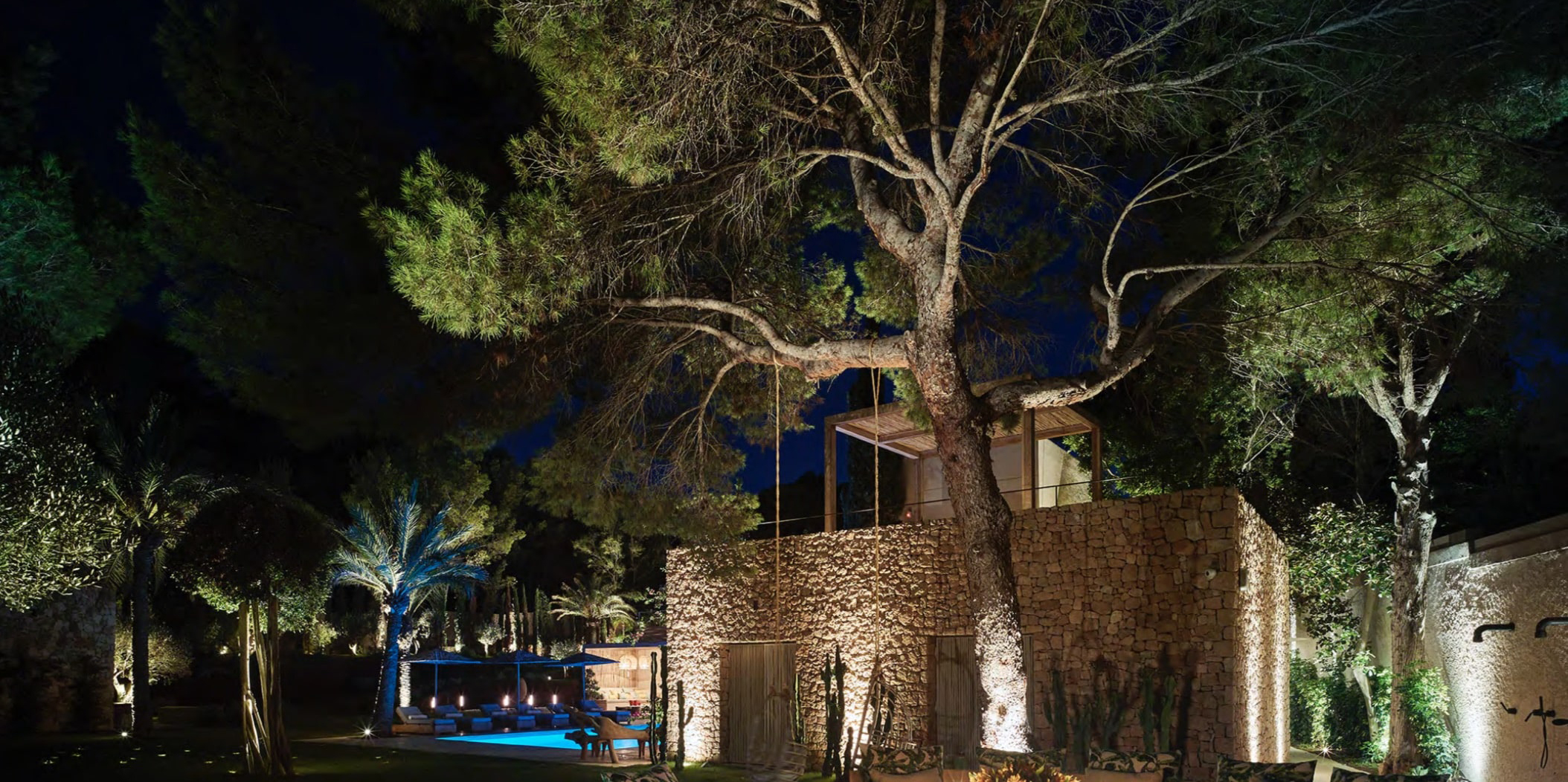 villa con giardino illuminata spot